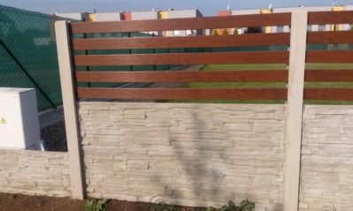 Betonový plot s plastovou výplní